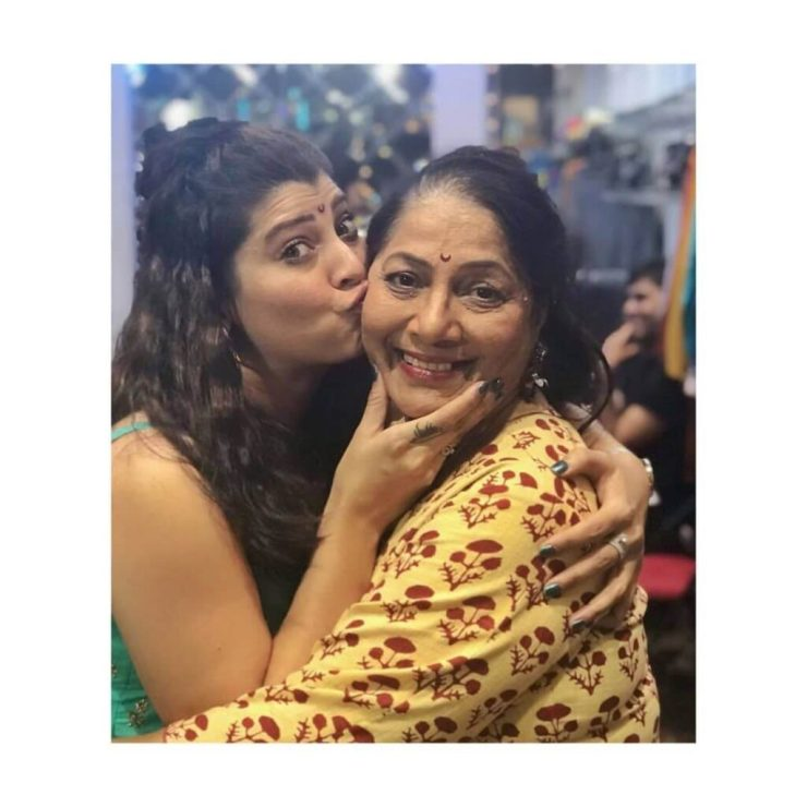 Tejaswini Pandit with mother